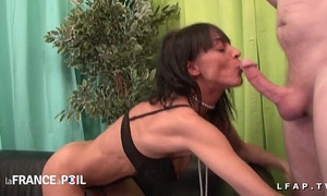Casting anal dilettante d une aged au corps parfait avec ejac sur le ventre